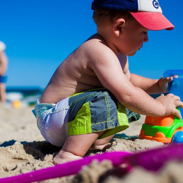 bimbo-spiaggia-marche